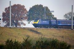 Train HS125 passant l'électrification partiellement réalisée Photos stock