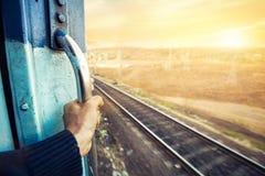 Train indien au coucher du soleil photo stock