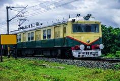 Train indien fonctionnant au-dessus des voies de train images libres de droits