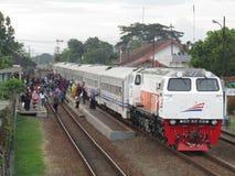 Train indonésien CC206 13 55 et x28 ; GE CM20EMP et x29 ; Photo libre de droits
