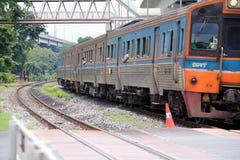 Train inter de ville de SRT fonctionnant sur des rails en Thaïlande, chemin de fer en métal de train parallèle avec le chemin de  photographie stock libre de droits