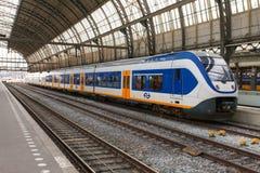 Train interurbain à la station d'Amsterdam Centraal Photographie stock libre de droits