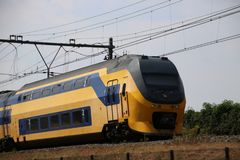 Train interurbain de double pont sur la voie chez Moordrecht se dirigeant au Gouda aux Pays-Bas Image stock