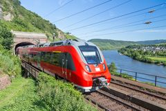 Train interurbain près de la rivière la Moselle en Allemagne Photo libre de droits