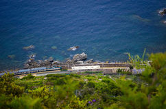 Train italien fonctionnant le long d'un littoral Photos stock