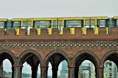 Train jaune au-dessus du pont photo stock
