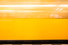 Train jaune mobile Blurred Photo stock