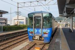 Train local à la station de Tomari TOYAMA, JAPON image stock