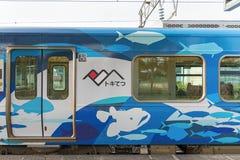 Train local à la station de Tomari TOYAMA, JAPON photo stock