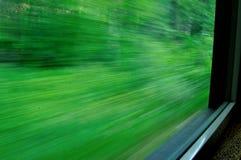 Train mobile avec la fenêtre Scenary brouillé par apparence Image stock