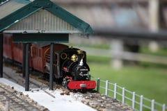 Train modèle dans la gare photo libre de droits