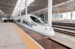 Train moderne de la Chine sur la plate-forme attendant Photographie stock