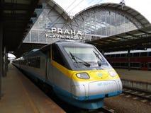 Train moderne Pendolino de ville superbe sur le terminal principal de station de train de Prague, Prague, République Tchèque, jui Image libre de droits