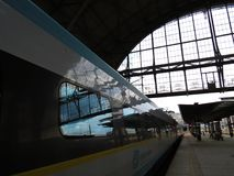 Train moderne Pendolino de ville superbe sur le terminal principal de station de train de Prague, Prague, République Tchèque, jui Photos libres de droits