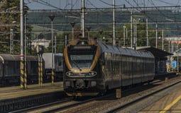 Train noir d'or dans la station de Zabreh dans le jour d'été images stock
