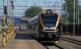 Train noir d'or en Na Morave de Zabreh de station Images libres de droits