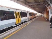 Train obtenant à la gare clips vidéos