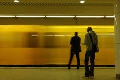 Train obtenant la gare Photo stock