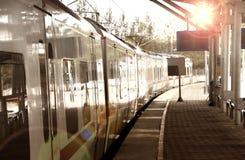 Train obtenant à la gare Photographie stock