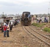 Train par Kibera Image libre de droits