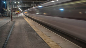 Train partant de la station photo stock