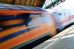 Train passant la gare ferroviaire Photo stock