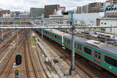 Train passant la gare ferroviaire d'Ueno Photos libres de droits