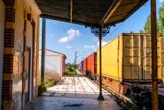 Train passant la plate-forme Un passé expédiant vu par train diesel un plat images stock