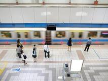 Train passant la station de métro photographie stock