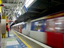 Train passant la station de métro Photos stock