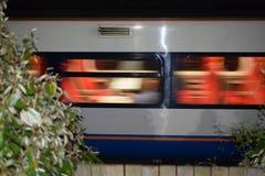 Train rapide avec le contour d'usine photos stock
