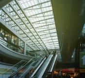 Train rapide de fond a moderne de station de train d'Airail Francfort Photo libre de droits