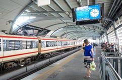 Train rapide de lien d'aéroport à une station à Bangkok Photos libres de droits