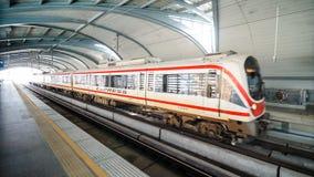 Train rapide de lien d'aéroport à une station à Bangkok Images stock