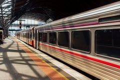 Train rapide régional diesel attendant sur le terminal de train Photos libres de droits