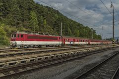 Train rapide rouge dans la station Ruzomberok de la Slovaquie Photos libres de droits