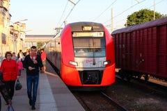Train rapide Sapsan de passagers à la station chemins de fer de Russe d'OAO acquis par train à grande vitesse Photo stock