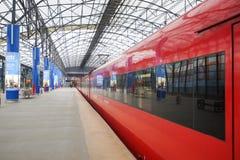 Train rouge d'Aeroexpress dans l'aéroport de Sheremetyevo Photos libres de droits