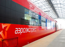 Train rouge d'Aeroexpress dans l'aéroport de Sheremetyevo Photos stock