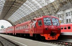 Train rouge d'Aeroexpress sur la gare ferroviaire de Kiyevskaya (terminal ferroviaire de Kiyevsky, Kievskiy vokzal), Moscou, Russ Photos stock