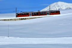 Train rouge de montagne photographie stock libre de droits