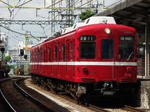 Train rouge Kawasaki, Japon Photos libres de droits