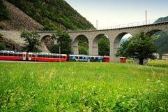 Train rouge suisse Bernina exprès au viaduc de Brusio Photographie stock libre de droits