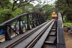 Train s'approchant sur le kwai de rivière Image libre de droits