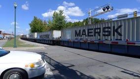 Train 1912082 se déplaçant en centre ville Photographie stock libre de droits