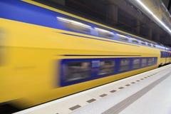 Train se précipitant par Image stock