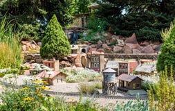 Train Set modelo en jardín al aire libre Imagen de archivo libre de regalías