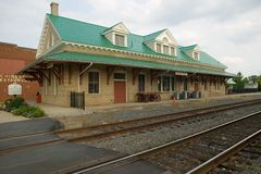 Train station and railroad tracks Royalty Free Stock Photos