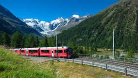 Train suisse Bernina de montagne exprès Photos libres de droits