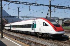 Train suisse de tiltilng dans la gare d'Arth Goldau Photographie stock